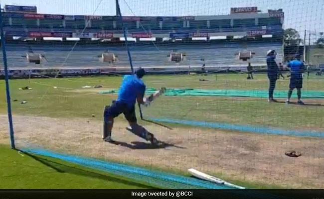 Ind Vs Aus: एमएस धोनी ने लगाई छक्कों की बौछार, खिलाड़ी बोले- क्या मारा है माही भाई, देखें VIDEO