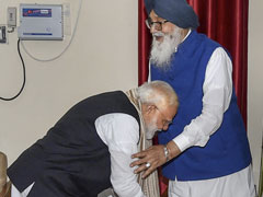 PM Modi Touches Ally Parkash Singh Badal's Feet, Wins Praise On Twitter