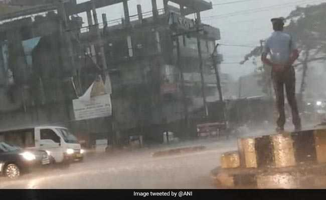 मूसलाधार बारिश में भी सड़क पर ड्यूटी करता रहा ट्रैफिक पुलिसवाला, जमकर मिली तारीफ, वायरल हुआ VIDEO