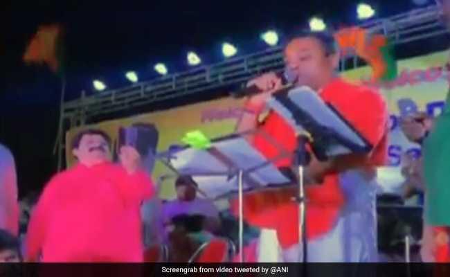 VIDEO: जब संबित पात्रा ने मंच पर गाया 'तुम मिले दिल खिले', तो झूम उठी जनता