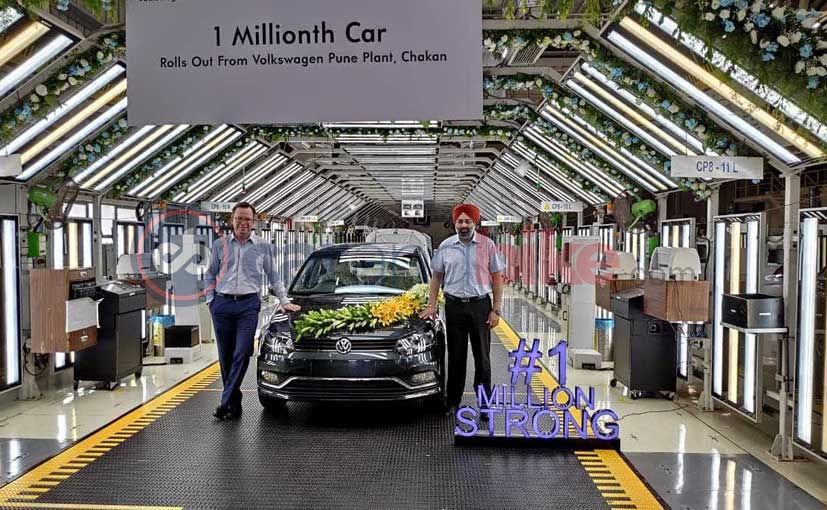 ম্যানেজিং ডিরেক্টার গুরুপ্রতাপ বোপারাই আর ডিরেক্টার স্টিফেন কন্যাপ এর উপস্থিতিতে পুনে কারখানা থেজে তৈরী 10 লক্ষ তম গাড়ি হিসাবে বাইরে এল একটি  Volkswagen Ameo