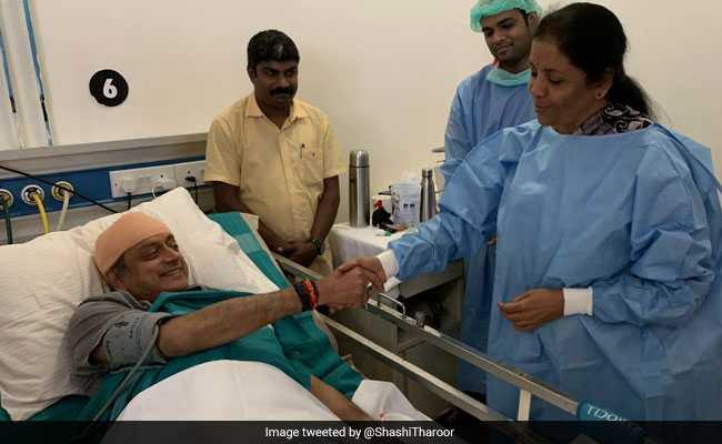 जब बिजी चुनावी शेड्यूल के बीच हाल जानने अस्पताल पहुंचीं निर्मला सीतारमण, तो शशि थरूर ने कही यह बात