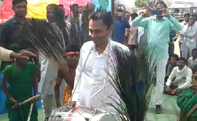 CM कमलनाथ के बेटे पहुंचे थे जनसभा संबोधित करने, अचानक ढोल लेकर थिरकने लगे