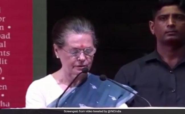 सोनिया गांधी का मोदी सरकार पर निशाना, कहा- देशभक्ति की एक नई परिभाषा सिखाई जा रही