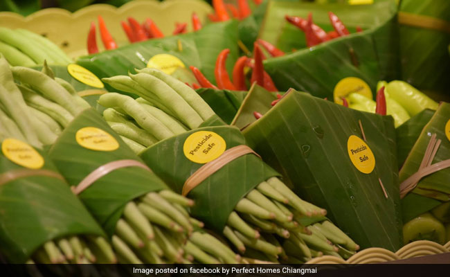 Supermarket Praised For Replacing Plastic Packaging With Banana Leaves