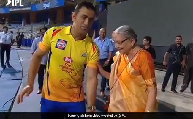 IPL 2019: एमएस धोनी को देख लड़की ने छुए पैर, दादी देखकर हो गई भावुक, देखें VIDEO