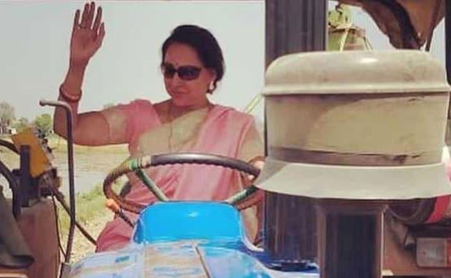हेमा मालिनी ट्रैक्टर चलाती आईं नजर तो बेटी ईशा देओल ने कहा- बसंती का तांगे से...देखें Photo