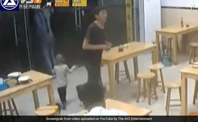 10 रुपये के लिए रेस्टोरेंट में बेटी को छोड़कर चला गया पिता... वायरल हुआ Shocking Video