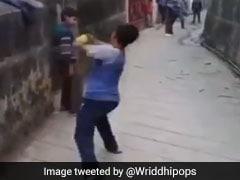 नहीं है हाथ फिर बच्चे ने डाली रहस्यमयी गेंद, वायरल हुआ VIDEO, ये क्रिकेटर भी हुआ हैरान