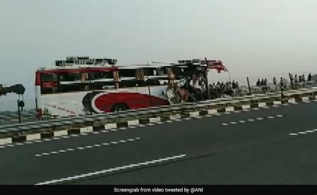 दिल्ली से वाराणसी जा रही थी बस, ओवरटेक के चक्कर में ट्रक से टकराई, 7 की मौत, बस काटकर निकाले गए शव