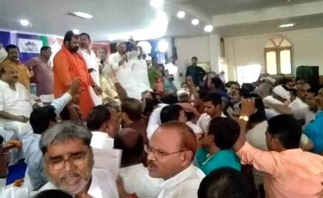 VIDEO: NDA की बैठक में मंदिर के मुद्दे पर आपस में भिड़े BJP-JDU कार्यकर्ता, जबरदस्त हंगामा और हाथापाई