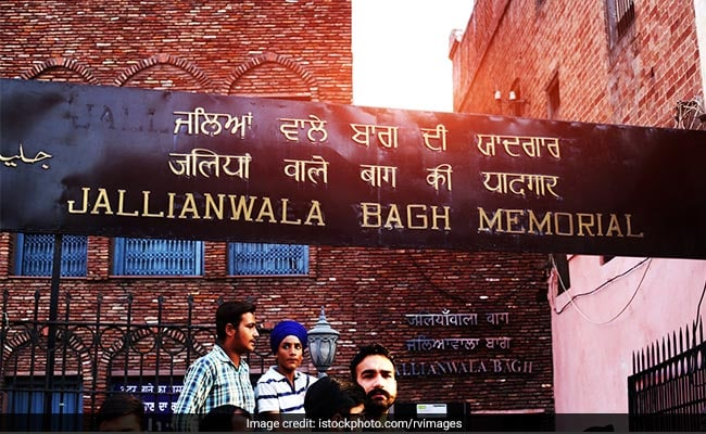 Rahul Gandhi pays homage to the martyrs of the Jallianwala Bagh
