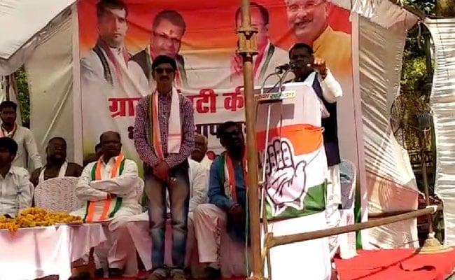 मंत्री ने रैली में कहा-  वोट डालते समय ईवीएम का दो नंबर का बटन दबाओगे तो लगेगा करंट! देखें-VIDEO
