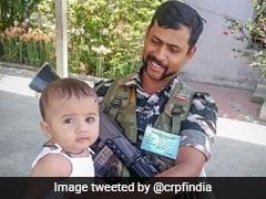 कुमार विश्वास ने भावुक तस्वीर शेयर कर लिखा, ''CRPF के मुस्कुराते जांबाज की गोद में बच्चा, हमारे देश के...''