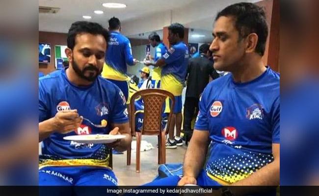 IPL 2019: एमएस धोनी को अपने हाथों से खाना खिलाते दिखे केदार जाधव, माही ने दिया ऐसा रिएक्शन, देखें VIDEO