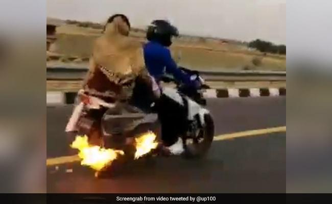 उत्तर प्रदेश: बाइक में लगी थी आग और 4 किलोमीटर तक पति-पत्नी थे बेखबर, Video में देखें फिर क्या हुआ