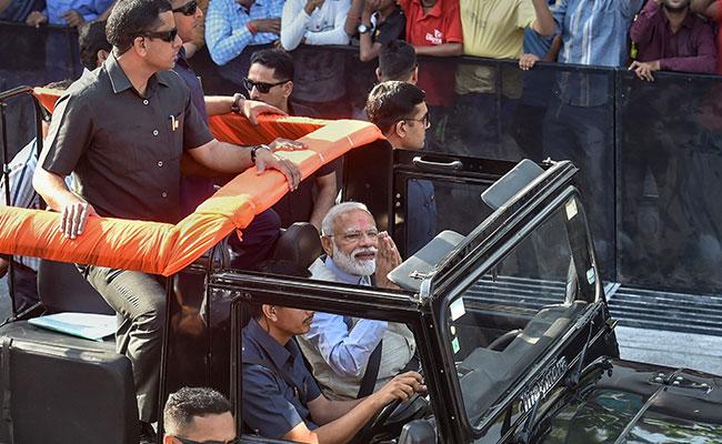 वोटिंग के बाद पीएम नरेंद्र मोदी का रोड शो, चुनाव आयोग ने रिपोर्ट मांगी