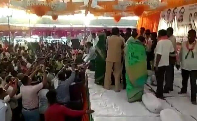BJP की रैली में भिड़े कार्यकर्ता, मंच पर चढ़कर करने लगे एक दूसरे से मारपीट, मंत्री ने किया बीच बचाव, देखें VIDEO
