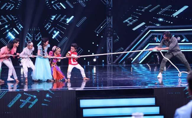'सुपर डांसर चैप्टर-3'  शो के सेट पर बच्चों ने दिया सुनील शेट्टी को चैलेंज, रस्साकशी में आजमाया हाथ