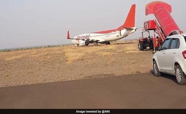 शिरडी में स्पाइसजेट का विमान रनवे पर फिसला, सभी यात्री सुरक्षित