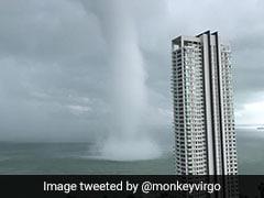 समुद्र के बीच आया 'बवंडर', किनारे तक पहुंचा तो उड़ गए लोगों के होश, देखें VIDEO