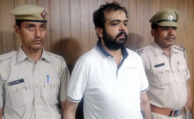 खुद को गुरुग्राम पुलिस का डीसीपी बताकर दिल्ली पुलिस के सिपाही को पीटा