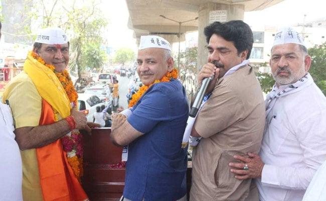 आम आदमी पार्टी के पश्चिम दिल्ली के उम्मीदवार ने दाखिल किया नामांकन