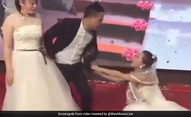 शादी कर रहा था शख्स, तभी स्टेज पर शादी के जोड़े में पहुंच गई गर्लफ्रेंड और फिर...देखें VIRAL VIDEO