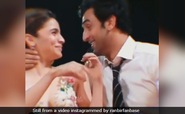Video Of Alia Bhatt And Ranbir Kapoor's Adorably Uncoordinated Kiss At Award Show Goes Viral