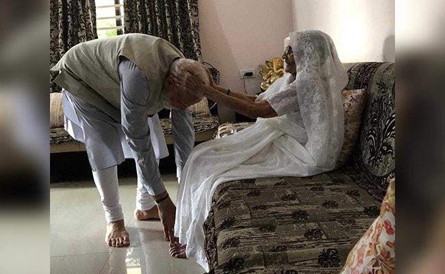 VIDEO: वोटिंग से पहले मां से मिले पीएम मोदी, पैर छूकर लिया आशीर्वाद फिर अहमदाबाद में डाला वोट