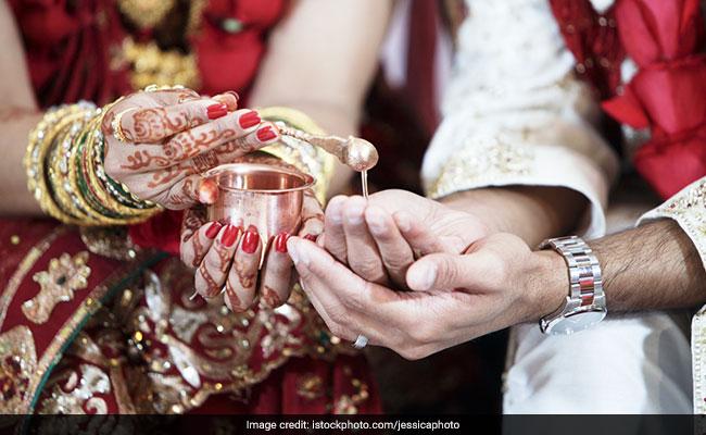 जिस पंडित ने कराई थी शादी, उसी के साथ फरार हो गई दुल्हन, साथ ले गई Gold और पैसे