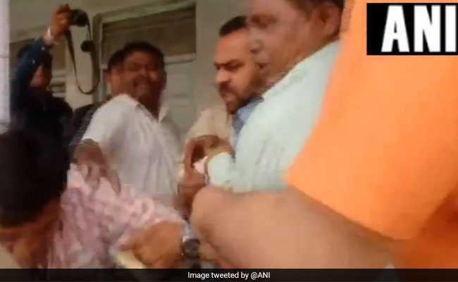VIDEO: मुरादाबाद में बीजेपी कार्यकर्ताओं ने चुनाव अधिकारी को पीटा, लगाया यह आरोप