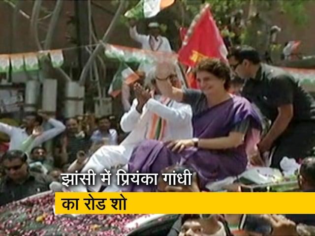 Videos : प्रियंका गांधी के रोड शो में उमड़ी भीड़