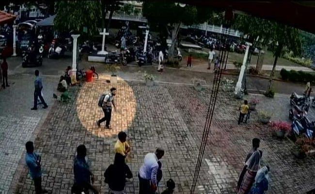 श्रीलंका विस्फोट: चर्च में घुसने से पहले आत्मघाती हमलावर ने एक बच्ची के सिर पर रखा हाथ और फिर... देखें VIDEO