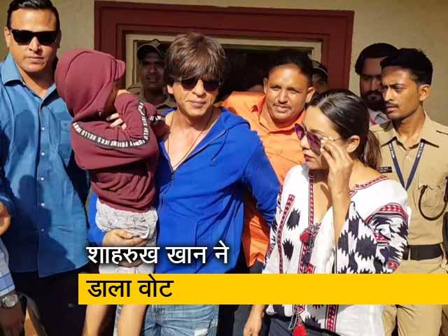 Video : वोट डालने बेटे अबराम संग पहुंचे शाहरुख खान