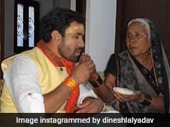 Bhojpuri Cinema: भोजपुरी स्टार निरहुआ भी पहुंचे मां के पास तो लोग बोले- मोदी की नकल कर रहे हो गुरु...