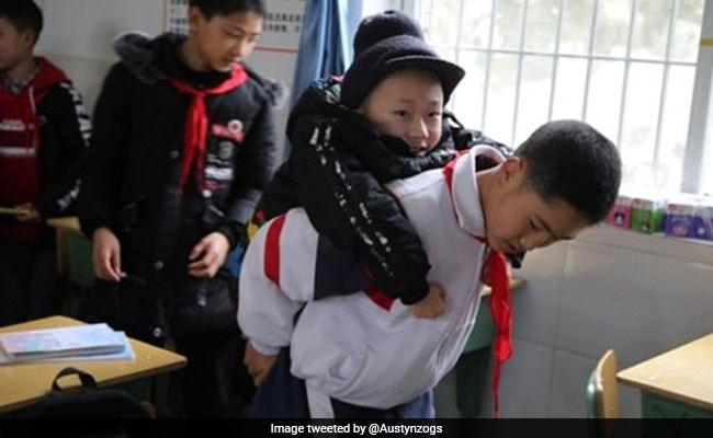 दोस्त हो तो ऐसा! सिर्फ 12 साल का लड़का अपने Best Friend को कंधे पर लाता है स्कूल, देखें VIDEO