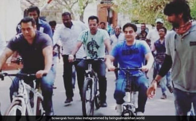 'दबंग' सलमान खान ने गलियों में चलाई साइकिल तो बच्चों ने यूं मचाया हुड़दंग- देखें Video