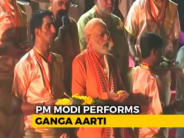 Video : PM Modi Performs <i>Aarti</i> At Dashashwamedh Ghat In Varanasi
