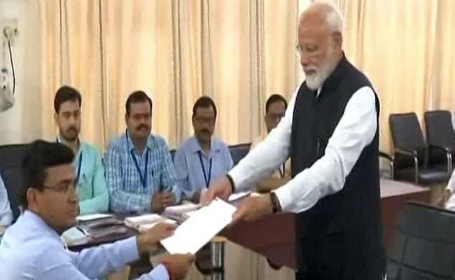 प्रधानमंत्री मोदी ने वाराणसी लोकसभा सीट से भरा पर्चा, प्रस्तावक के भी छुए पैर
