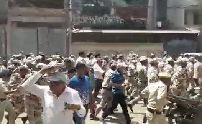 दिल्लीः मायापुरी में सीलिंग को लेकर बवाल, पुलिस को दौड़ाया, पथराव होने पर लाठीचार्ज