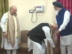 पीएम मोदी ने वाराणसी में नामांकन से पहले एनडीए के इस दिग्गज नेता के छुए पैर, लिया आशीर्वाद
