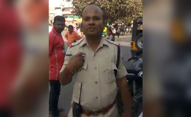 ट्रैफिक पुलिस अधिकारी ने नेता पर कार्रवाई की, प्रशासन ने 'तनाव से मुक्ति' के लिए भेजा, देखें - VIDEO