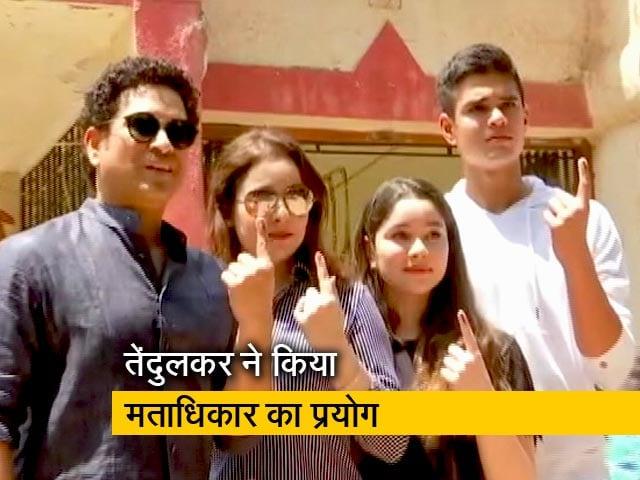 Videos : पूर्व क्रिकेटर सचिन तेंदुलकर ने परिवार के साथ डाला वोट