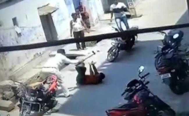पहले बहस हुई और फिर अचानक जमीन पर पटक कुल्हाड़ी से कर दिया हमला