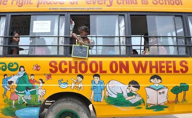 নির্বাচনী হাওয়ায় উত্তাল দেশ, কলকাতার স্কুলগাড়িতে খুদেরা মেতেছে 'ভোট ভোট' খেলায়