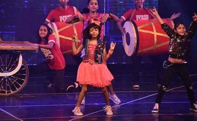 Seen These Viral Pics Of Aaradhya Bachchan Performing At Shiamak Davar's Dance Event?