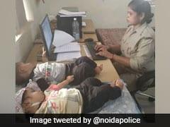 वर्दी की जिम्मेदारी संग जुड़वा बच्चों का भी फर्ज निभा रही हैं पुलिस कॉन्सटेबल, यूपी पुलिस ने कहा- 'ऐसी मां को सलाम...'