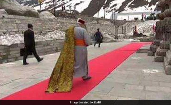 शिव का अनादर है प्रधानमंत्री का लाल कालीन पर चलकर उन तक जाना...