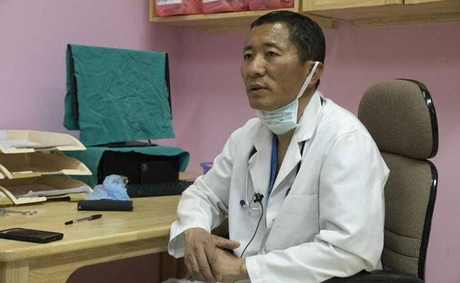 इस 'खुशहाल' देश के PM वीकेंड में बन जाते हैं डॉक्टर, सफेद कोट पहन मरीजों का करते हैं ऑपरेशन